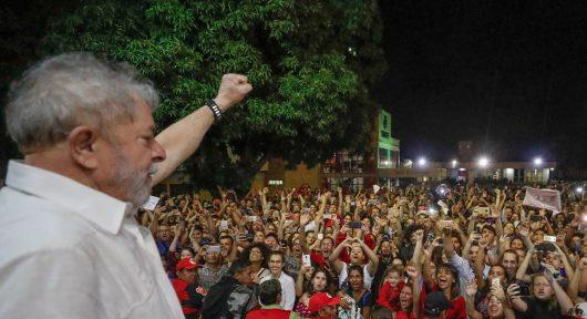 Lula na saída do seminário em Foz