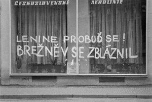 """Pixação com a inscrição """"Lênin acorde! Brejnev ficou louco."""""""