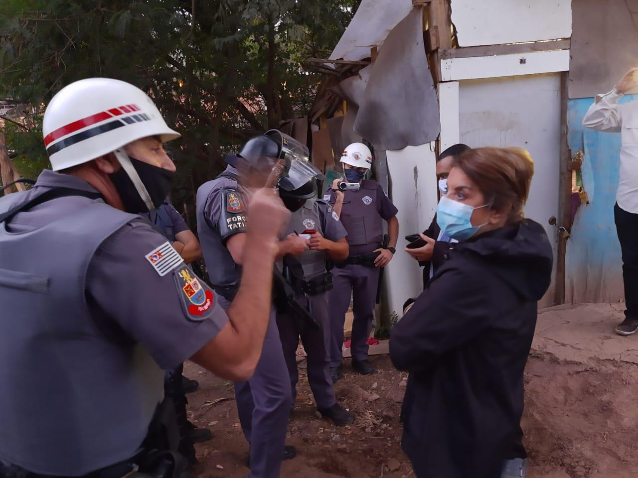 a Deputada Bebel recebe voz de prisão de PM de SP