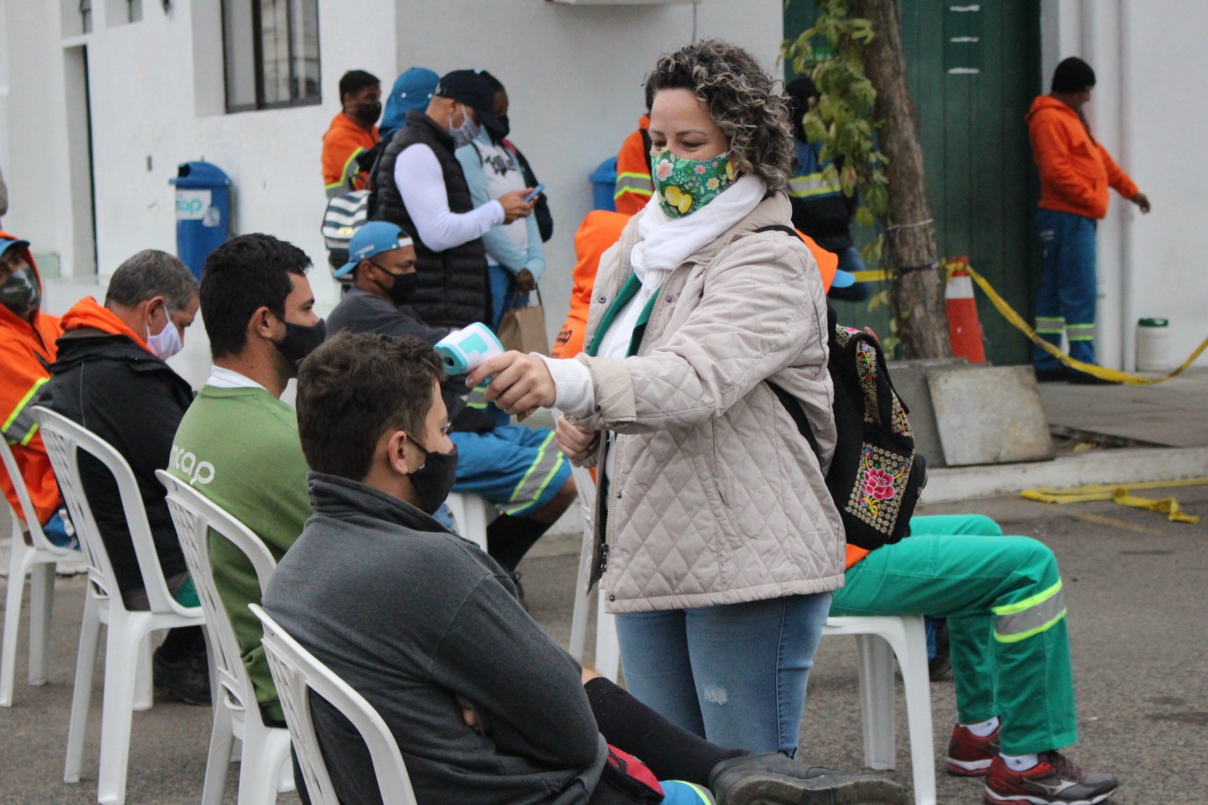 Dirigente do sindicato confere temperatura dos trabalhadores. Foto: Sintrasem