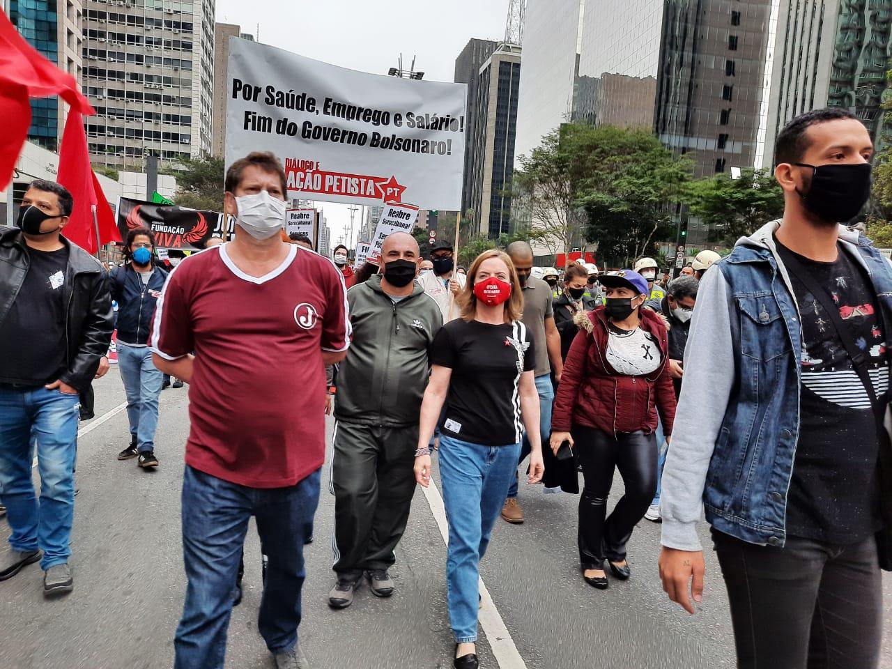 Gleisi e Jilmar a frente da Coluna do Diálogo e Ação Petista, que marcou presença no ato.