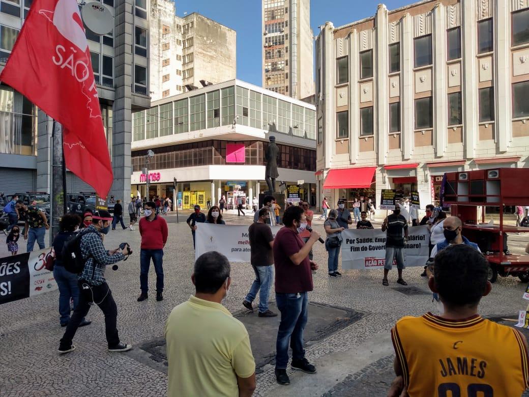 Sérgio Antiquera fala ao centro do ato.