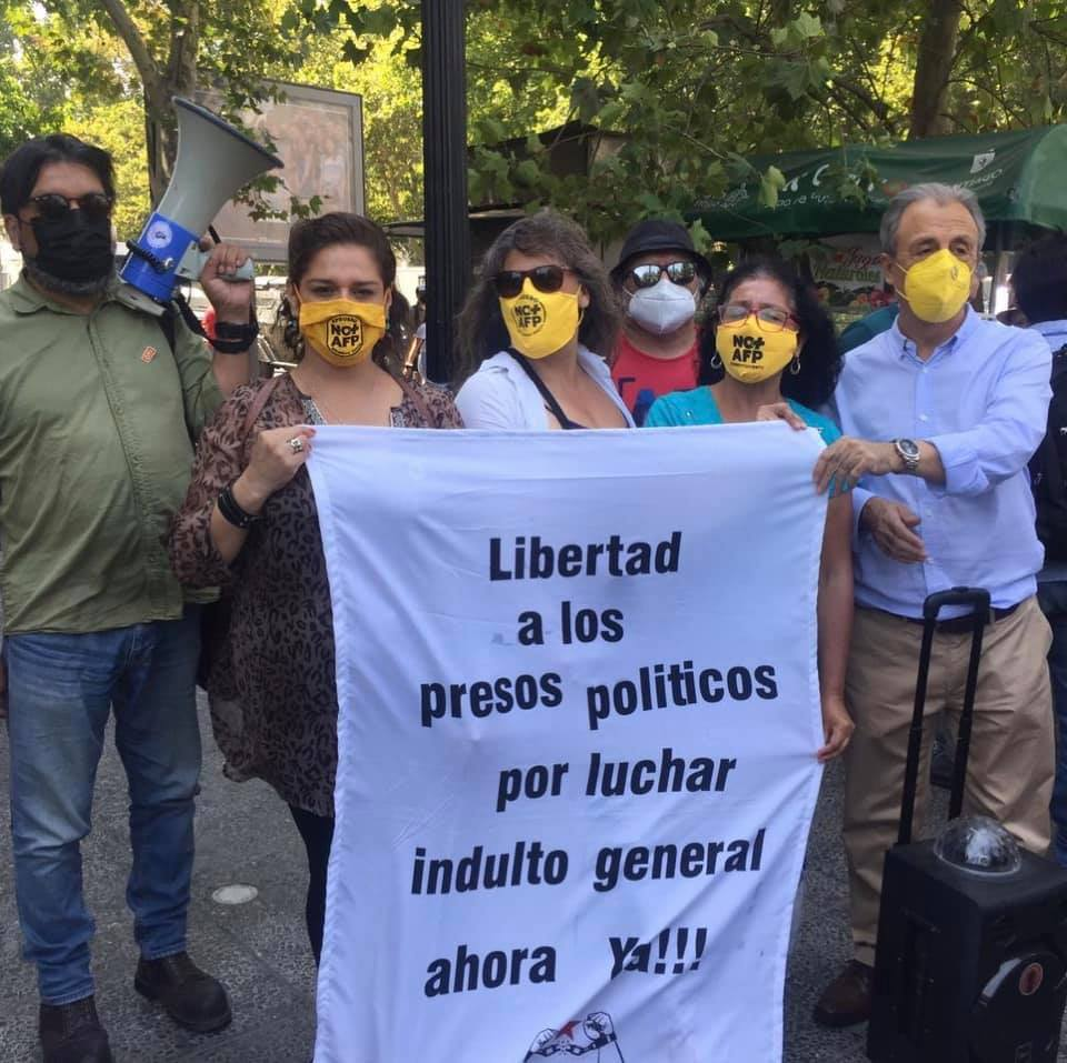 Na foto, Luis Mesina, da confederação Nacional de Sindicatos Bancários e Afins ao lado de companheiras e companheiros do movimento No + AFP