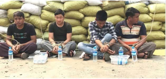 Quatro policiais detidos por manifestantes são fotografados no local dos manifestantes de Tarhan na estrada Bogyoke para Kalay (publicado por Myanmar News Now, 4 de abril)